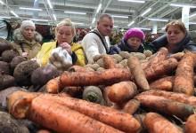 По всему миру громадные ресурсы тратятся для того, чтобы произвести еду, а потом ее выбросить.